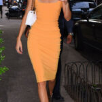 Day Kendall Jenner Stopped By A Nyc Bodega In A Body Hugging Orangenes Kleid