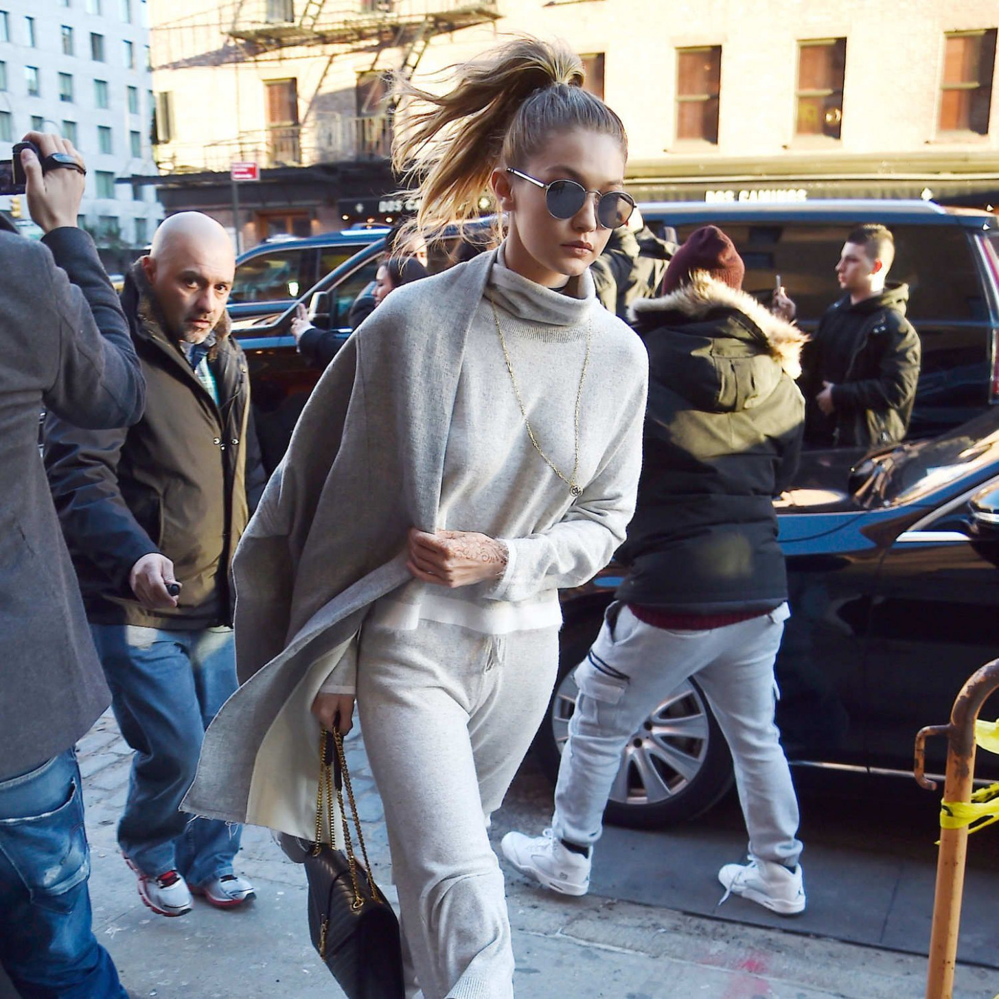 gigi hadid paired knee high boots with sweatpants modestil coole mode für junge frauen