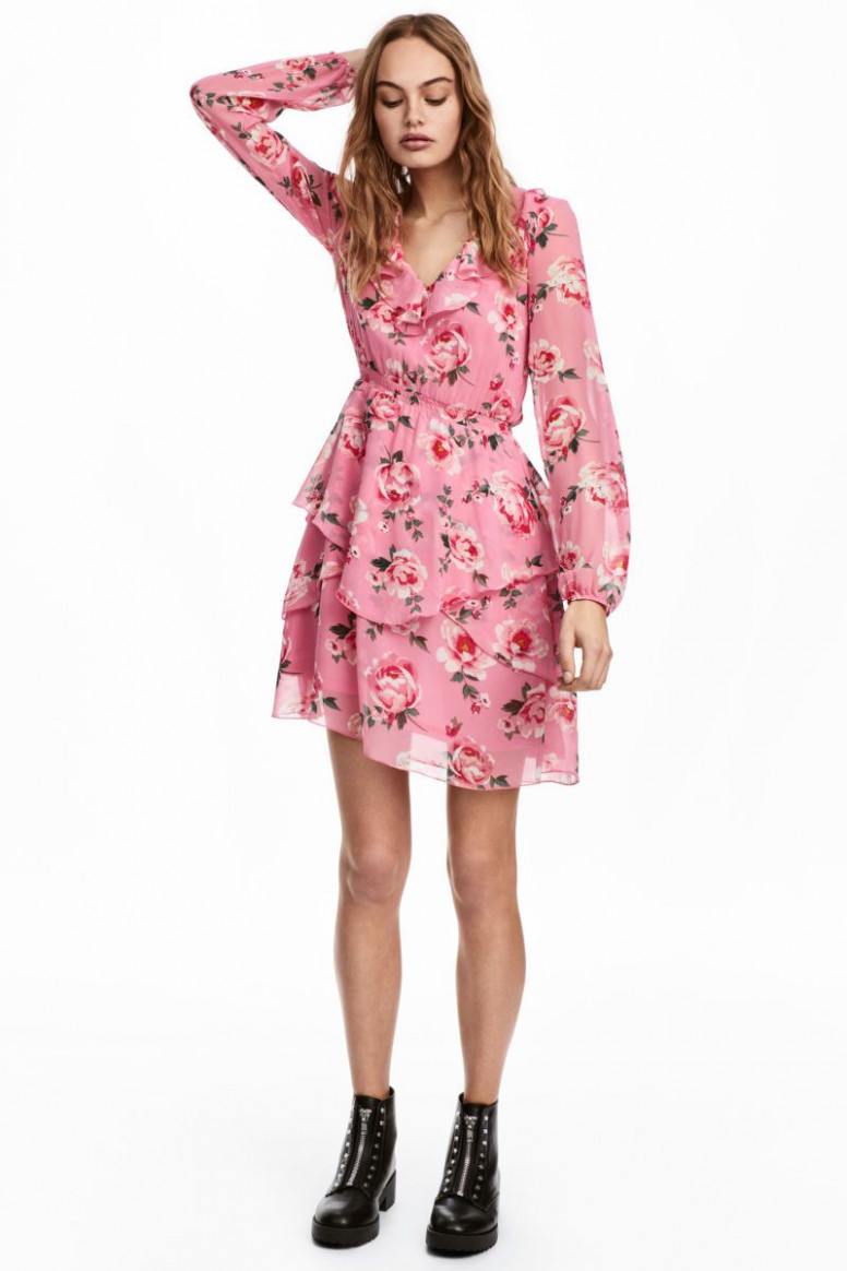 Pink/floral. Short dress in airy chiffon with a printed pattern. V